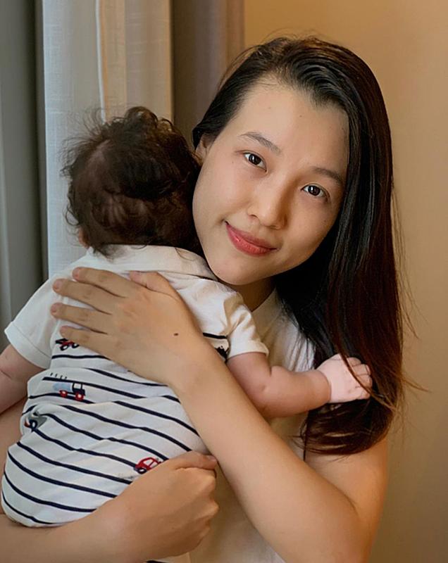 MC Hoang Oanh dua con moi sinh sang Singapore doan tu cung chong