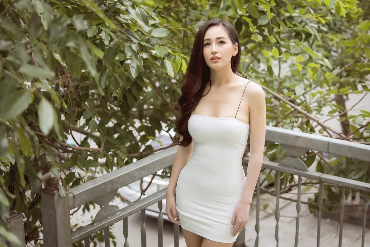 Mai Phuong Thuy dien dam hai day om sat khoe vong 1 goi cam-Hinh-3