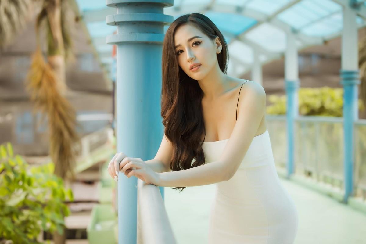 Mai Phuong Thuy dien dam hai day om sat khoe vong 1 goi cam