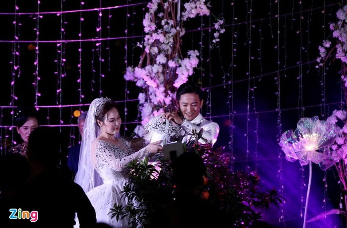 Vo doanh nhan roi nuoc mat trong le cuoi voi dien vien Quy Binh-Hinh-11
