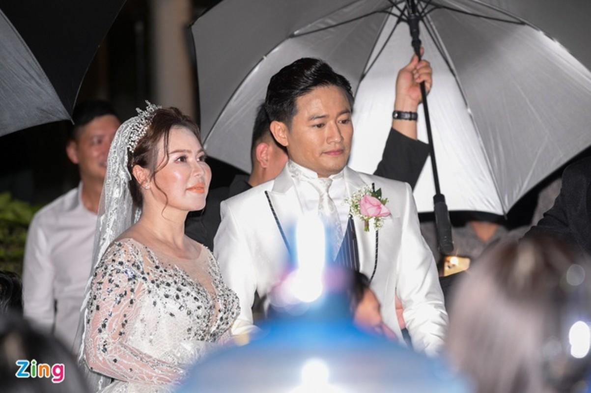 Vo doanh nhan roi nuoc mat trong le cuoi voi dien vien Quy Binh-Hinh-8