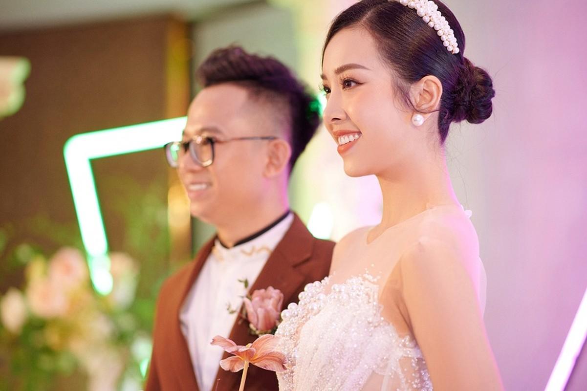 A hau Thuy An dep long lay trong le cuoi voi chong tien si-Hinh-2