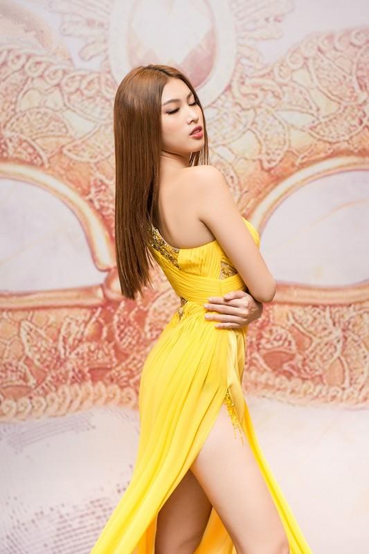 A hau Ngoc Thao khoe chan dai 1m1 voi vay xe cao thot tim-Hinh-9