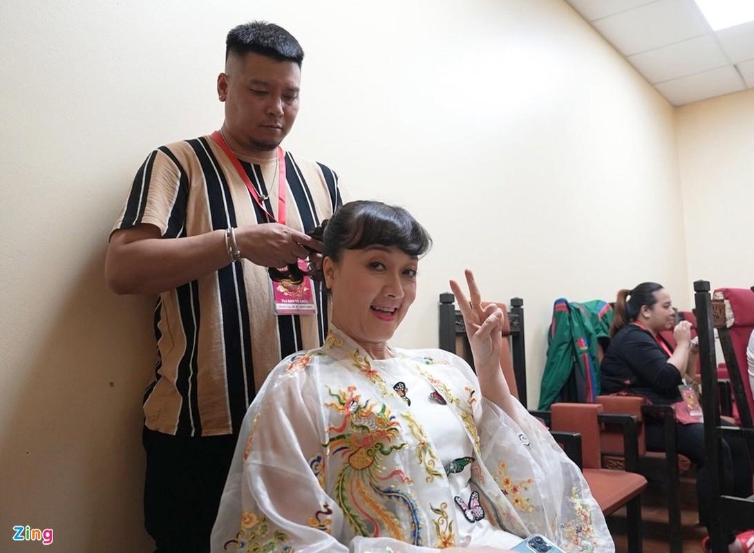 Cong Ly duoc vo tre cham soc trong hau truong ghi hinh Tao quan-Hinh-5