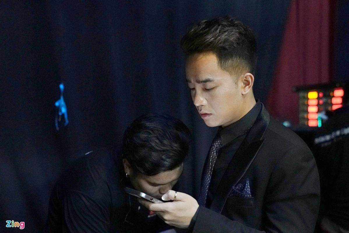 Cong Ly duoc vo tre cham soc trong hau truong ghi hinh Tao quan-Hinh-8