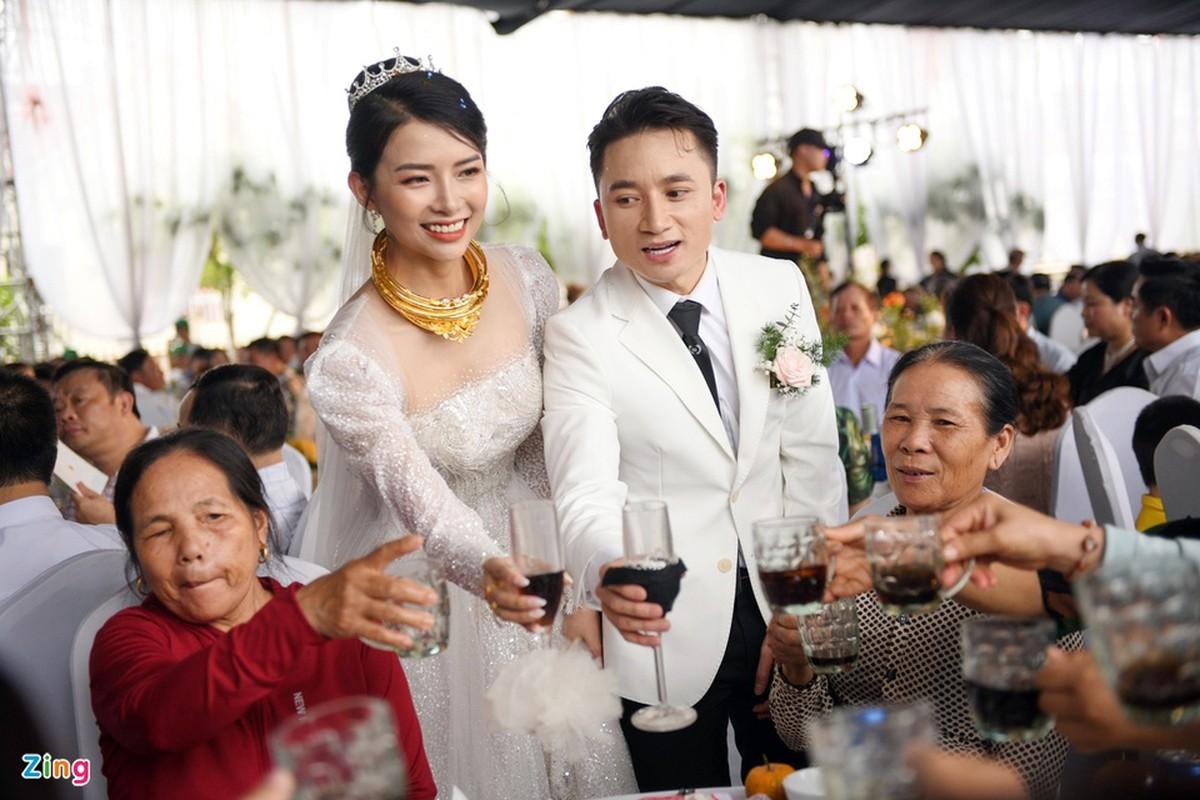 Vo Phan Manh Quynh deo vang nang triu trong dam cuoi-Hinh-12