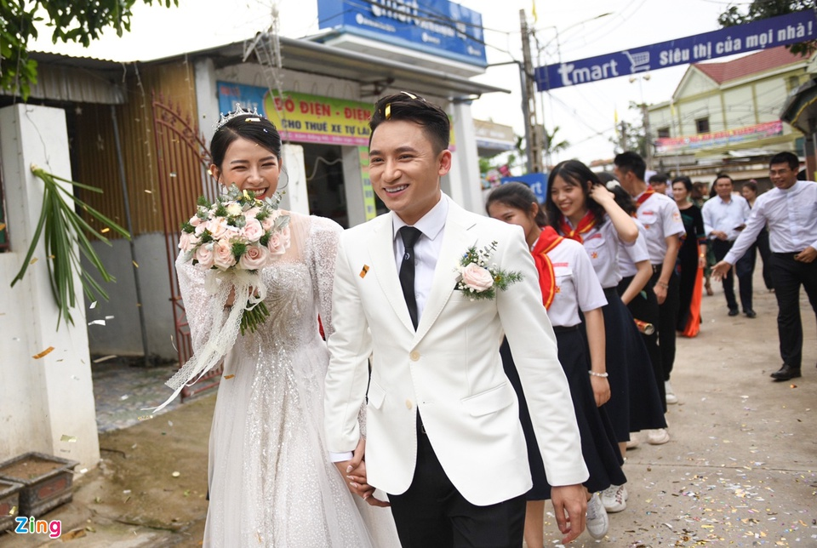 Vo Phan Manh Quynh deo vang nang triu trong dam cuoi-Hinh-3