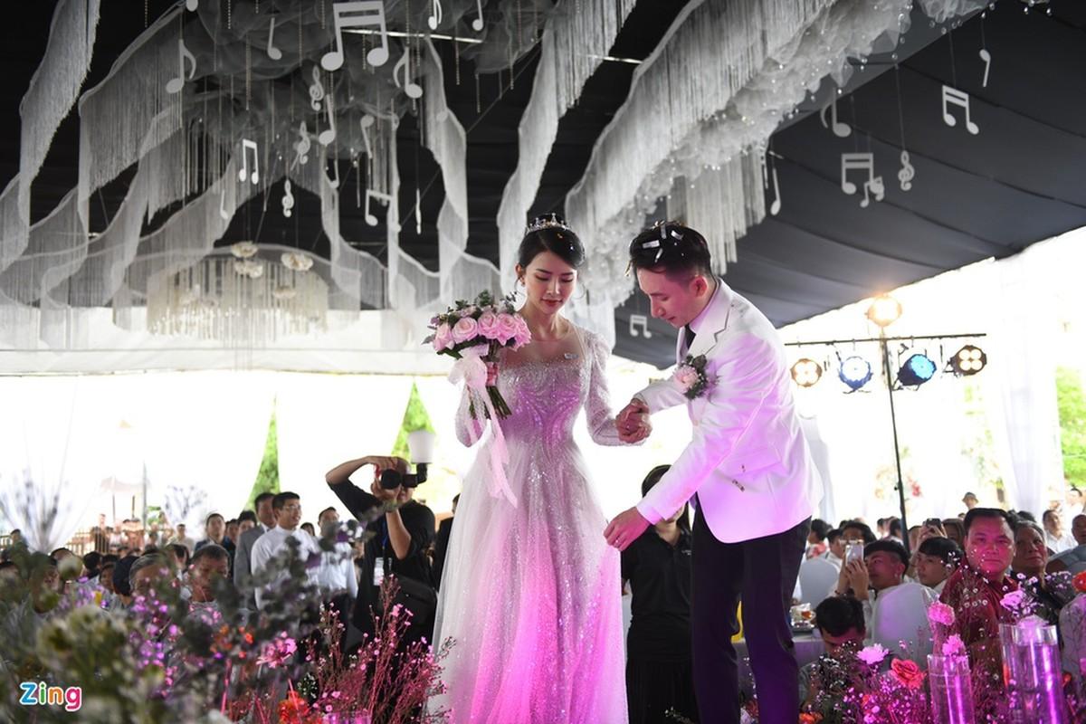 Vo Phan Manh Quynh deo vang nang triu trong dam cuoi-Hinh-5