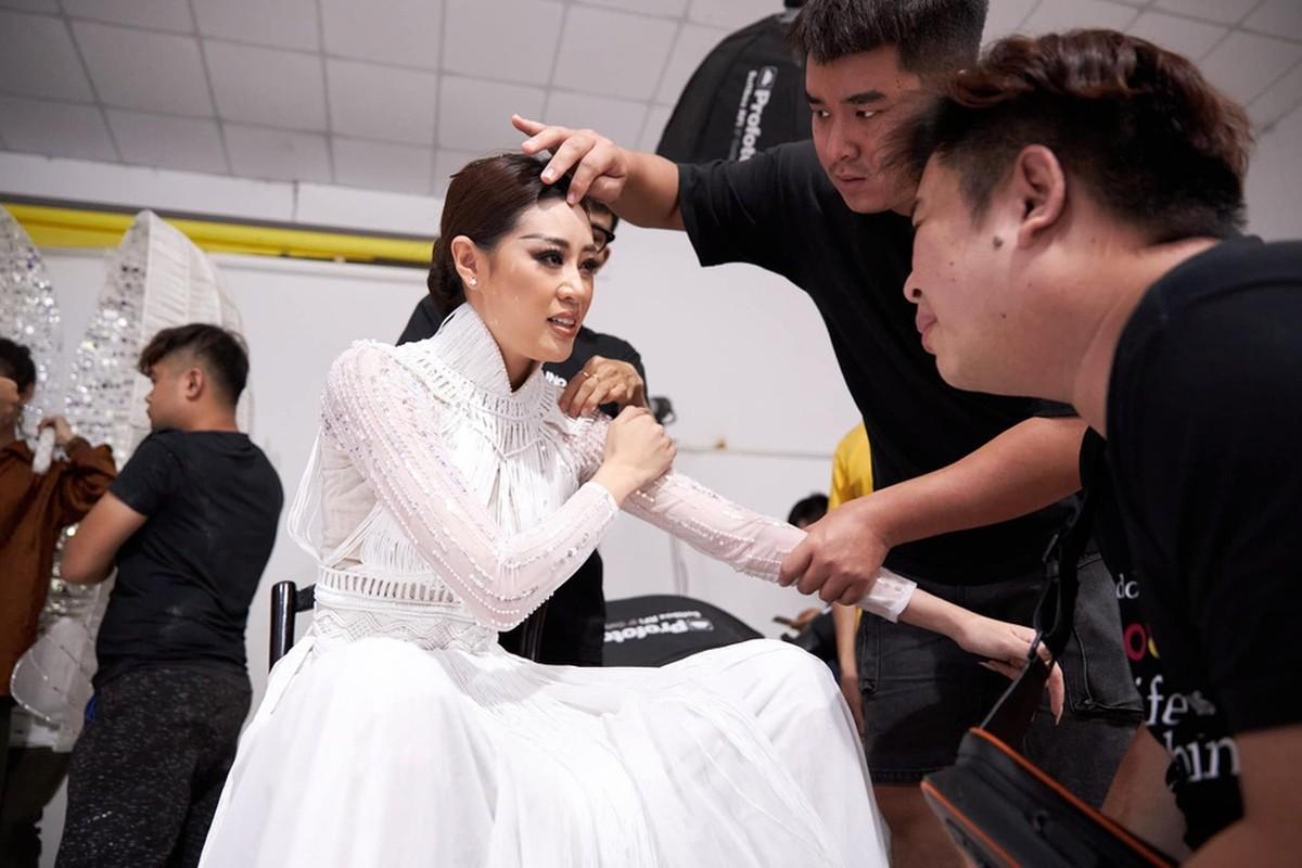 Anh Khanh Van bat khoc khi thu trang phuc cho Miss Universe