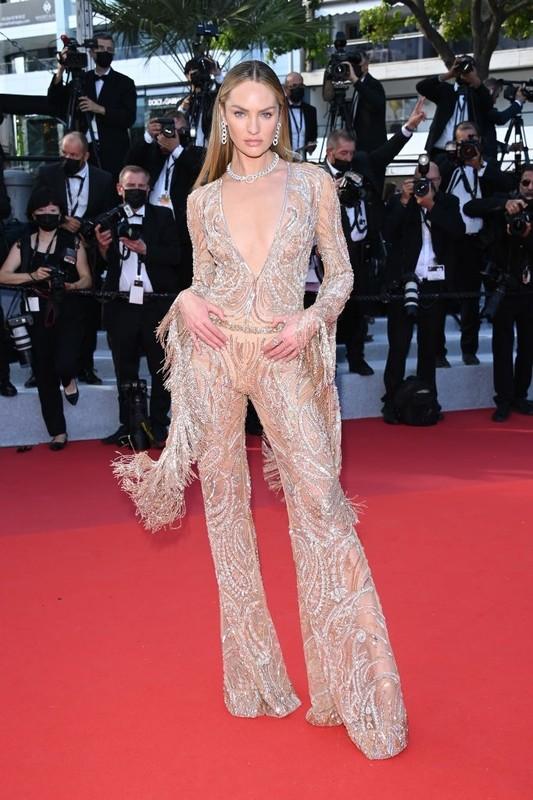 Bella Hadid va dan sao long lay tren tham do Cannes 2021-Hinh-3
