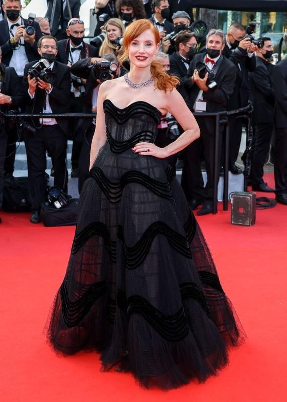 Bella Hadid va dan sao long lay tren tham do Cannes 2021-Hinh-6