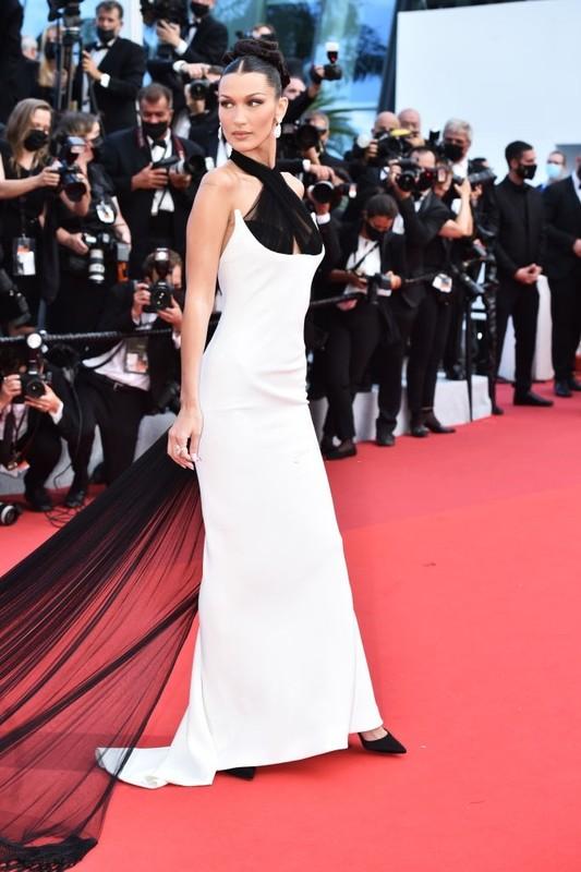 Bella Hadid va dan sao long lay tren tham do Cannes 2021
