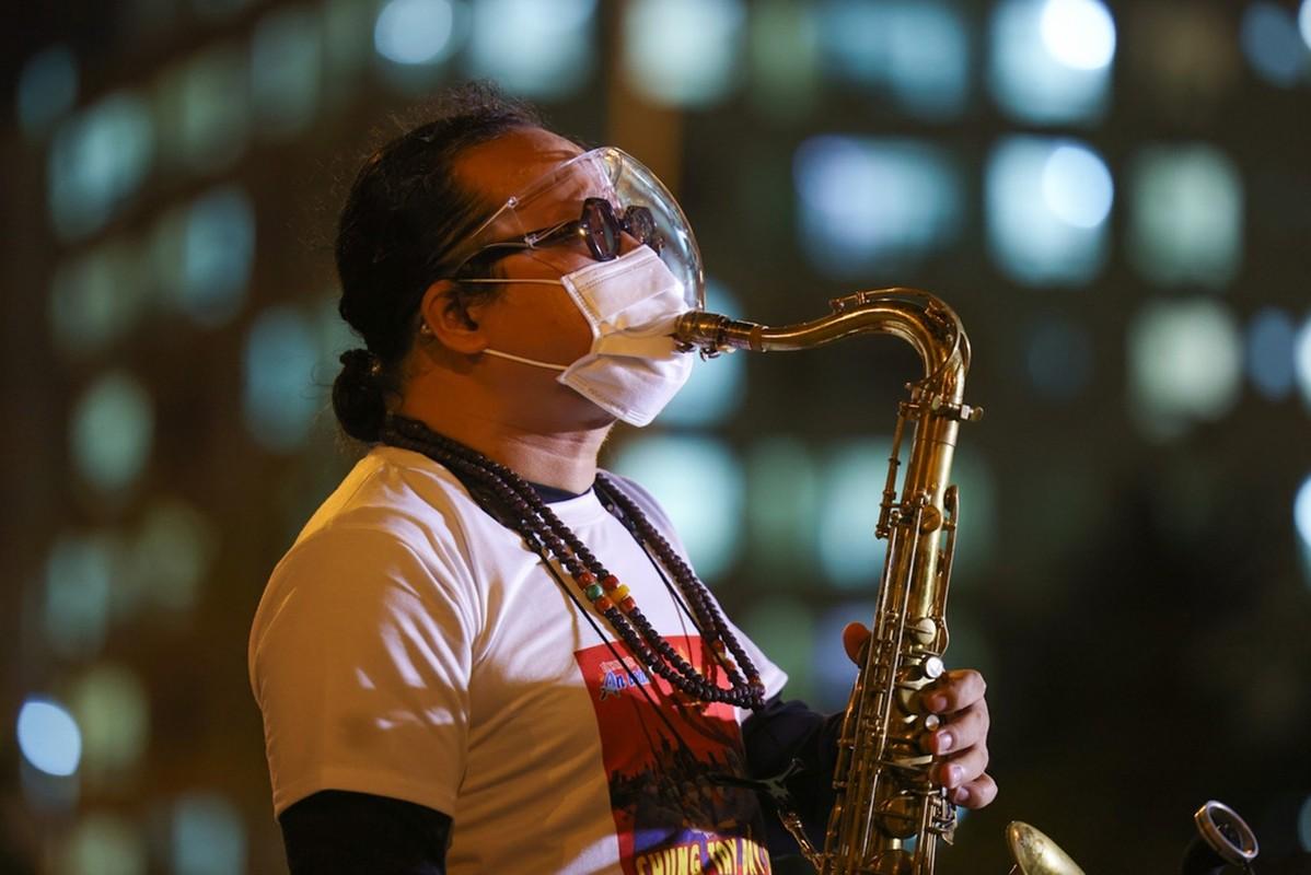 Xuc dong Tran Manh Tuan thoi saxophone truoc 10.000 benh nhan COVID-19-Hinh-2