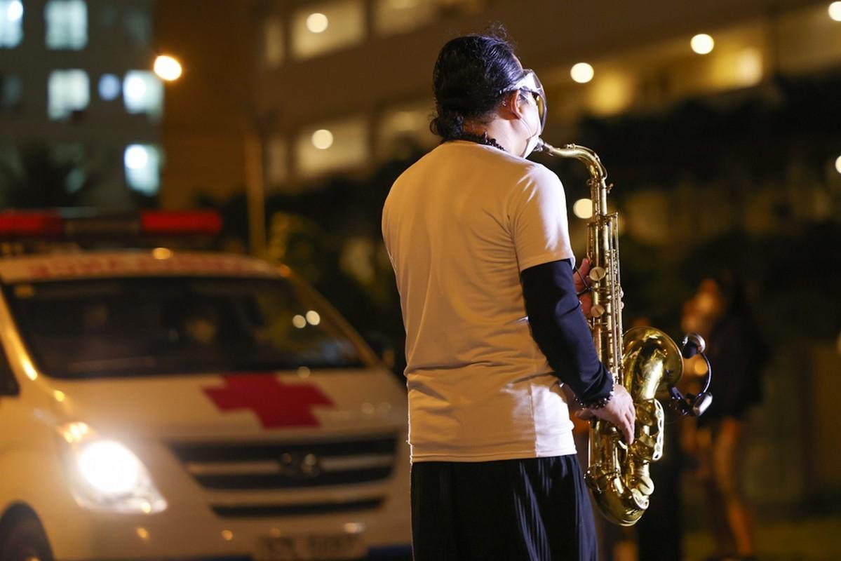 Xuc dong Tran Manh Tuan thoi saxophone truoc 10.000 benh nhan COVID-19