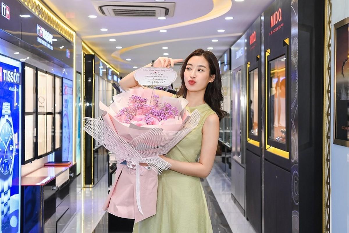 Do My Linh khoe phong ngap hoa trong ngay sinh nhat tuoi 25