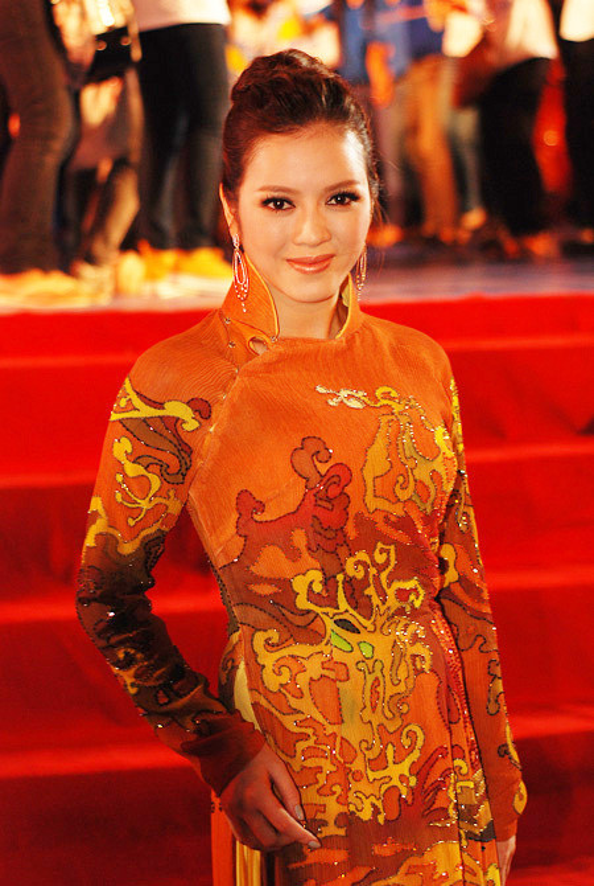 Khong ngo Ly Nha Ky cung co luc dien thoi trang sen sam den vay-Hinh-8