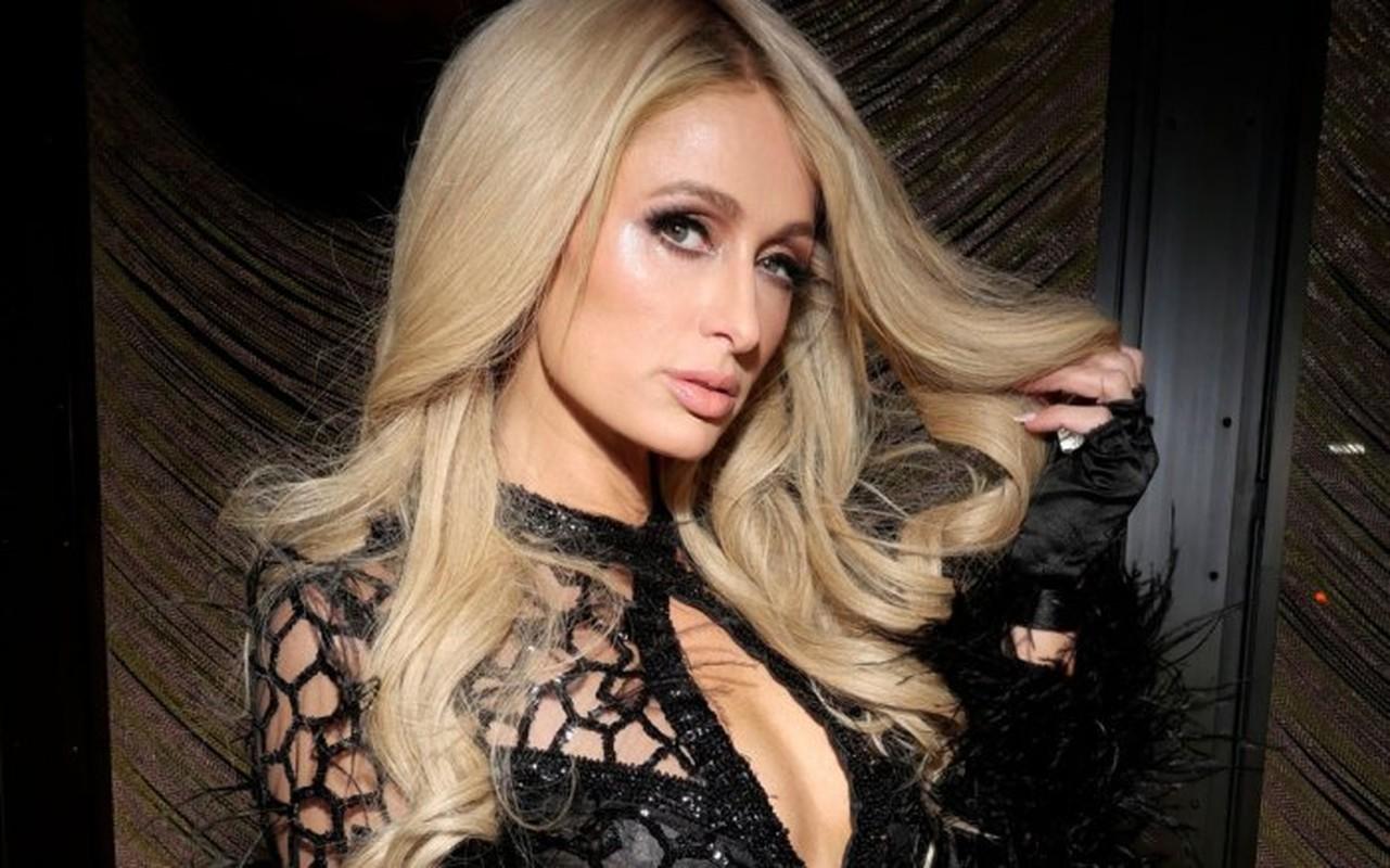 Bat ngo voi nhung lan mac trang phuc phan cam cua tieu thu Paris Hilton