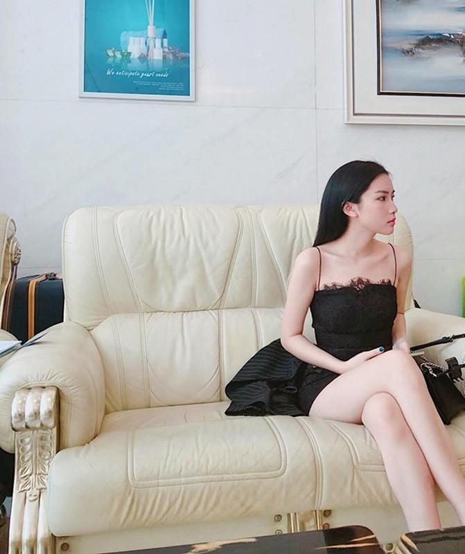 Gu thoi trang sexy cua nu MC nghi hen ho voi thu mon Bui Tien Dung-Hinh-3