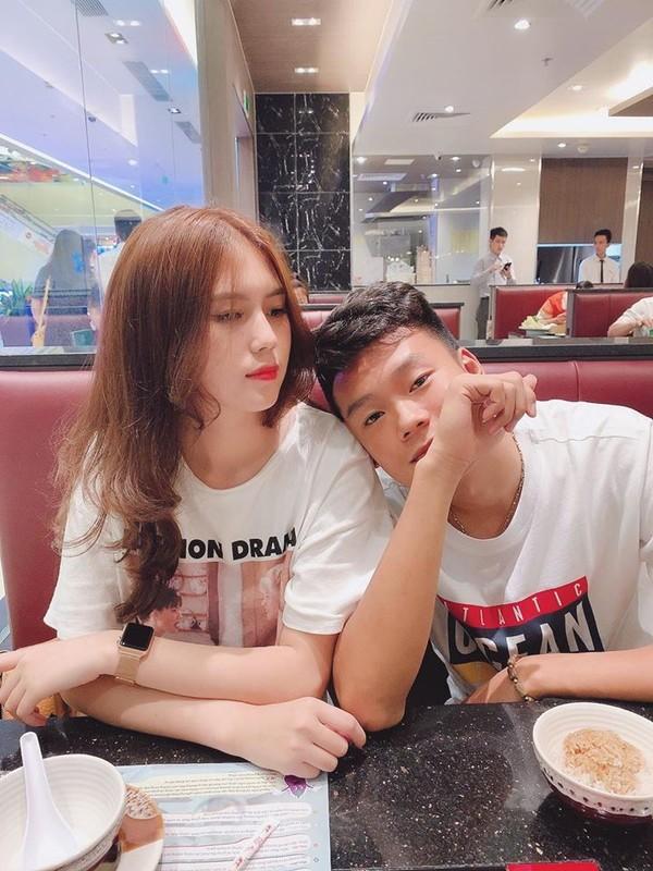 Soi trang phuc dong dieu cua cau thu Thanh Chung va ban gai xinh dep
