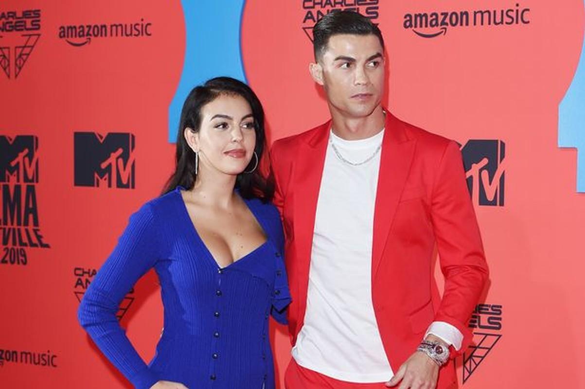 """Ban gai Cristiano Ronaldo so huu thoi trang nong bong """"dot mat"""""""