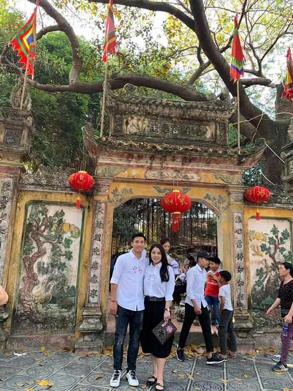 Chiem nguong dan cau thu Viet an mac banh bao don Tet