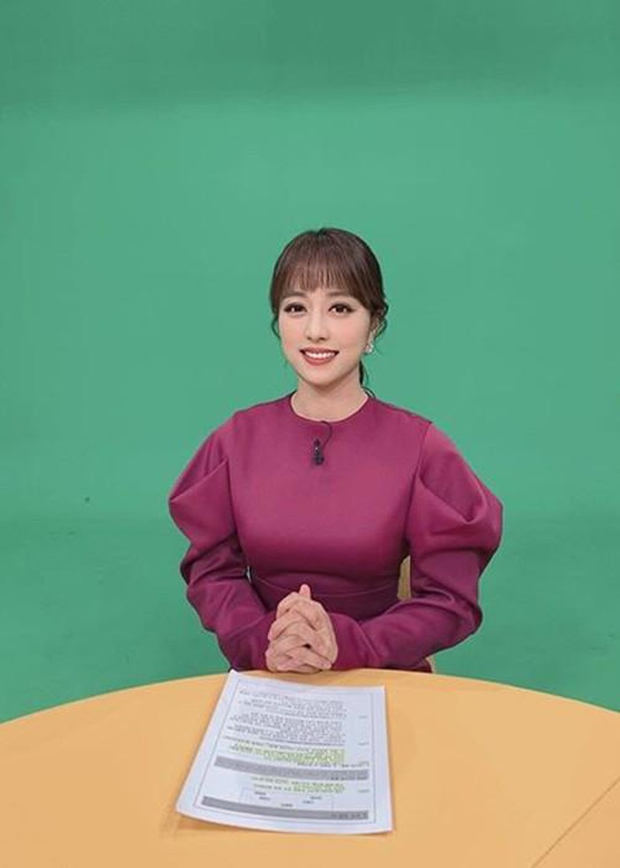 Soi gu thoi trang cua nu MC Han bi chi trich vi khong mac noi y khi len song-Hinh-4