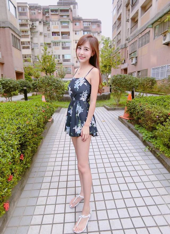 Nu tiep vien hang khong Dai Loan an mac goi cam khi roi dong phuc bay-Hinh-12