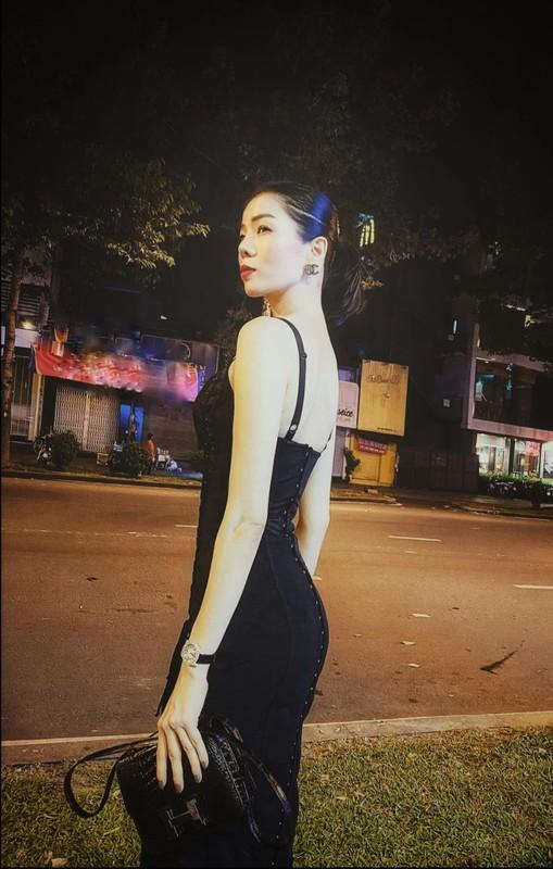 Le Quyen chuong cac trang phuc om sat ton voc dang dong ho cat-Hinh-6