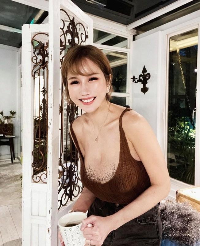 "Hot girl ""nguc khung"" xu Dai gay soc vi mac ho bao noi cong cong"