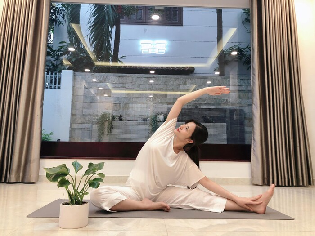 Sao Viet bau to vuot mat van cham tap yoga giu dang-Hinh-2
