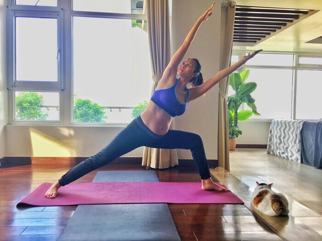Sao Viet bau to vuot mat van cham tap yoga giu dang-Hinh-5