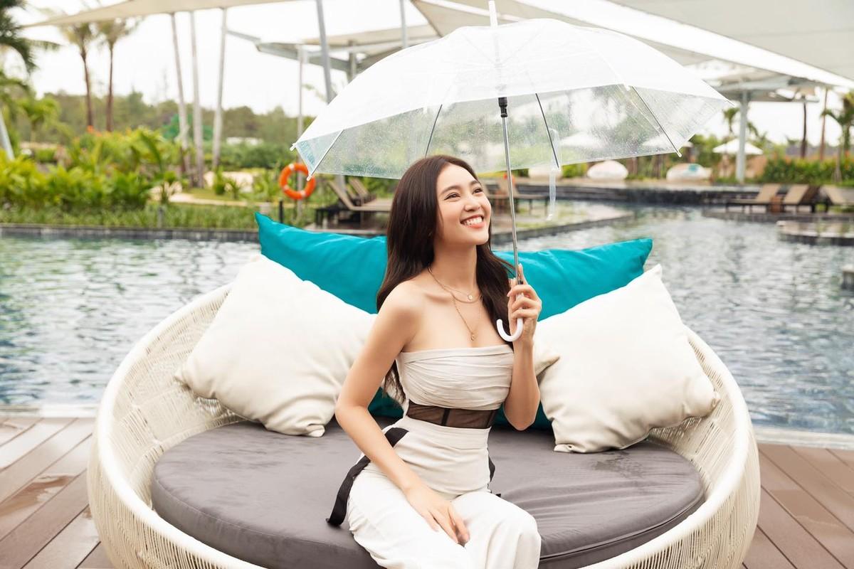 "Ninh Duong Lan Ngoc khoe vong eo ""con kien"" voi loat ao croptop sexy"