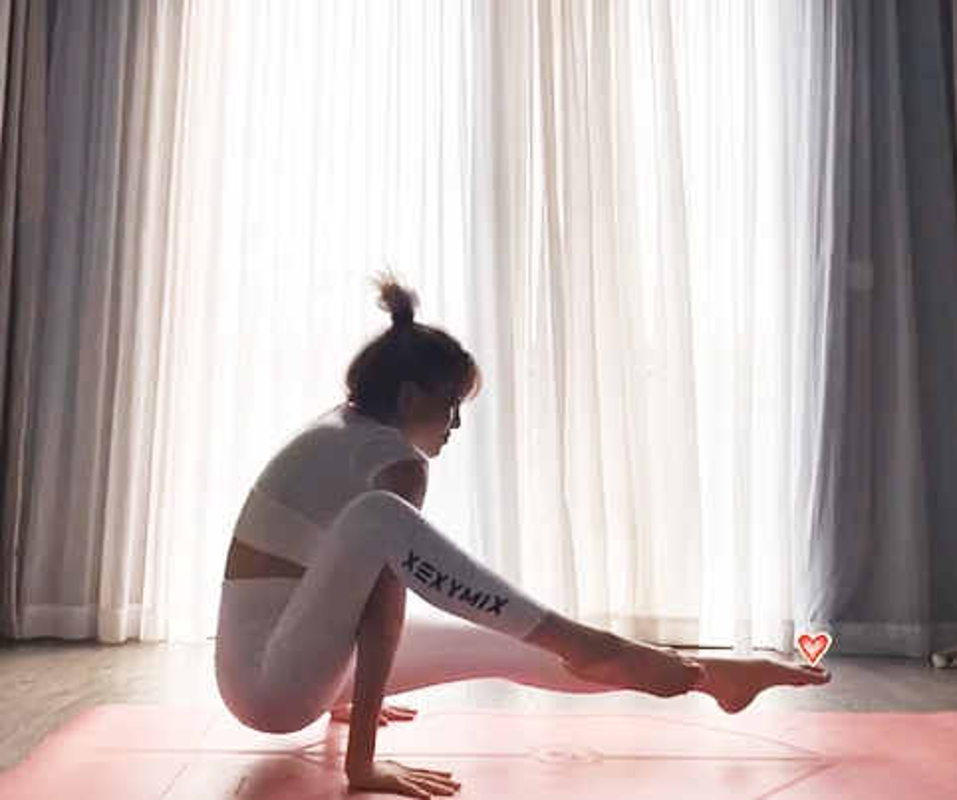 """Thieu Bao Tram """"dot mat"""" nguoi xem voi nhung dong tac yoga nong bong-Hinh-6"""