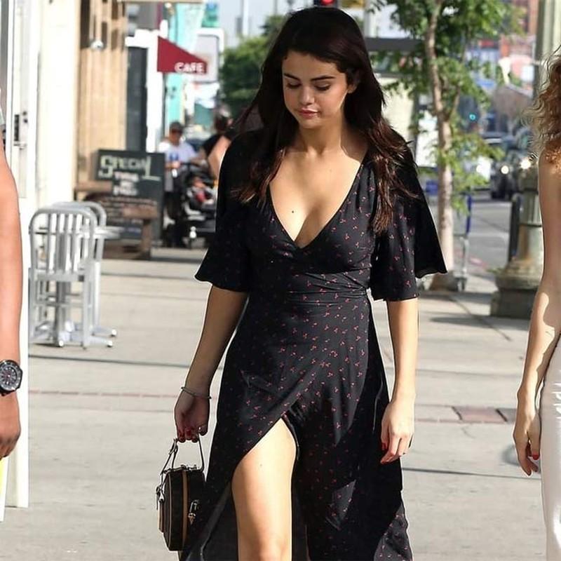 """Cham dien vay ao xe nguc sau, Selena Gomez nhieu lan """"dot mat"""" fan-Hinh-12"""
