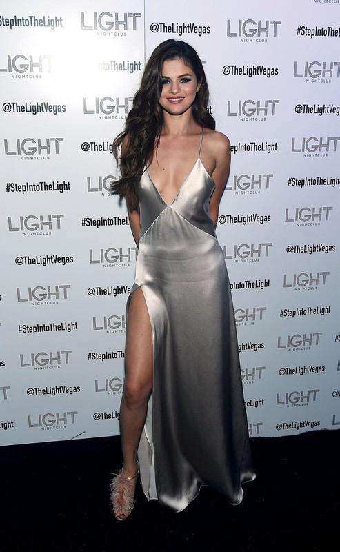"""Cham dien vay ao xe nguc sau, Selena Gomez nhieu lan """"dot mat"""" fan-Hinh-9"""