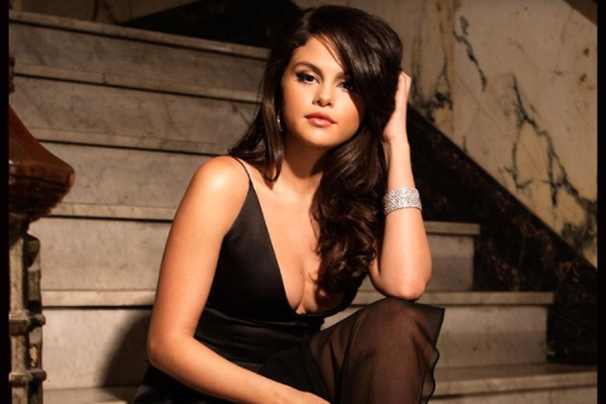 """Cham dien vay ao xe nguc sau, Selena Gomez nhieu lan """"dot mat"""" fan"""