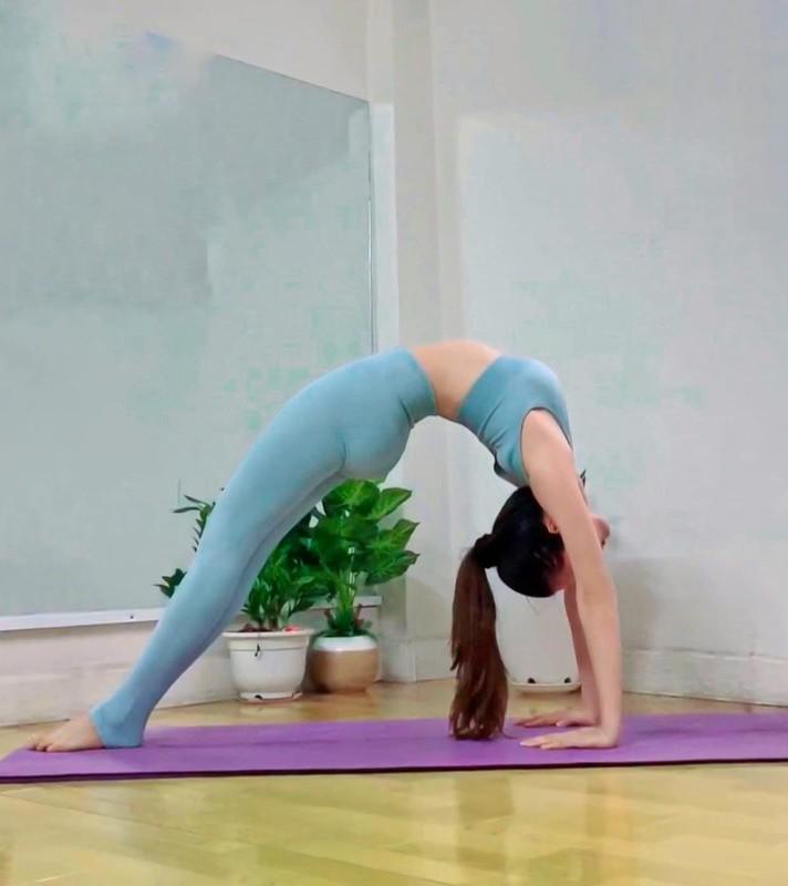 "Hoa hau ""sieu vong 3"" Huynh Vy cuc goi cam voi cac dong tac yoga-Hinh-4"