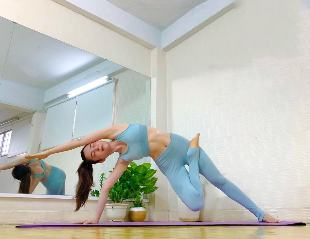 "Hoa hau ""sieu vong 3"" Huynh Vy cuc goi cam voi cac dong tac yoga"
