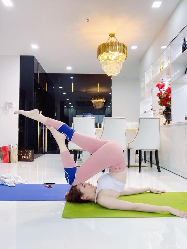 """Cac dong tac yoga goi cam giup hoa hau """"canh nong"""" Phan Thi Mo giu dang-Hinh-10"""