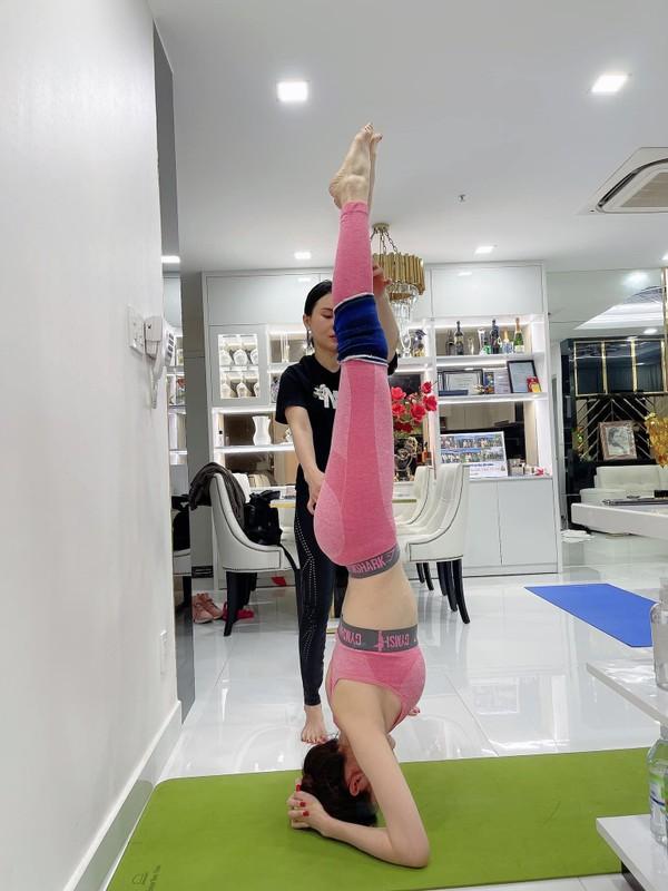 """Cac dong tac yoga goi cam giup hoa hau """"canh nong"""" Phan Thi Mo giu dang-Hinh-2"""