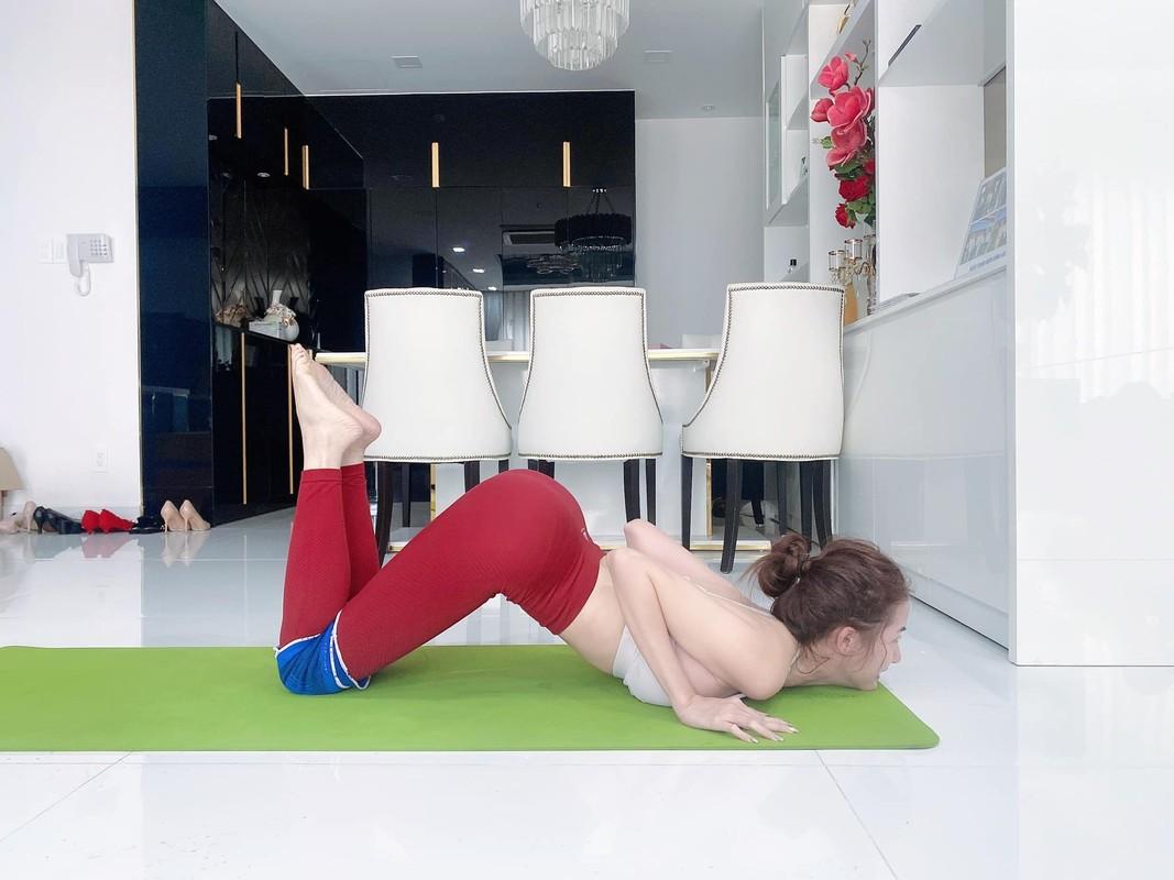 """Cac dong tac yoga goi cam giup hoa hau """"canh nong"""" Phan Thi Mo giu dang-Hinh-3"""
