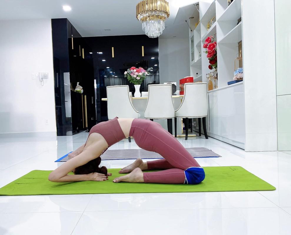 """Cac dong tac yoga goi cam giup hoa hau """"canh nong"""" Phan Thi Mo giu dang-Hinh-4"""