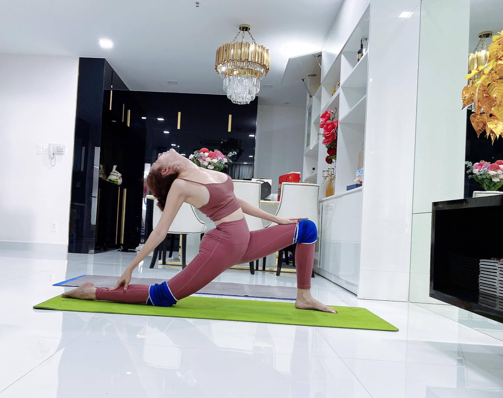 """Cac dong tac yoga goi cam giup hoa hau """"canh nong"""" Phan Thi Mo giu dang-Hinh-5"""
