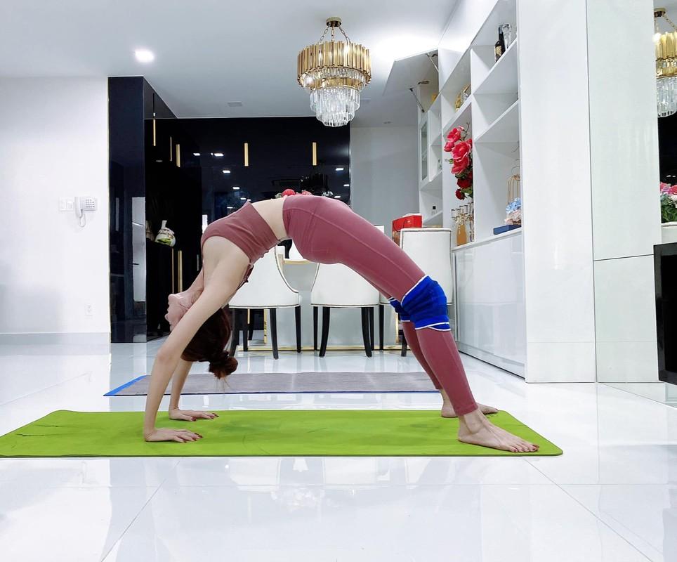 """Cac dong tac yoga goi cam giup hoa hau """"canh nong"""" Phan Thi Mo giu dang-Hinh-6"""