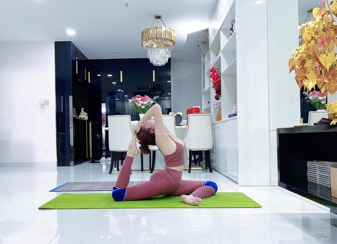 """Cac dong tac yoga goi cam giup hoa hau """"canh nong"""" Phan Thi Mo giu dang-Hinh-7"""