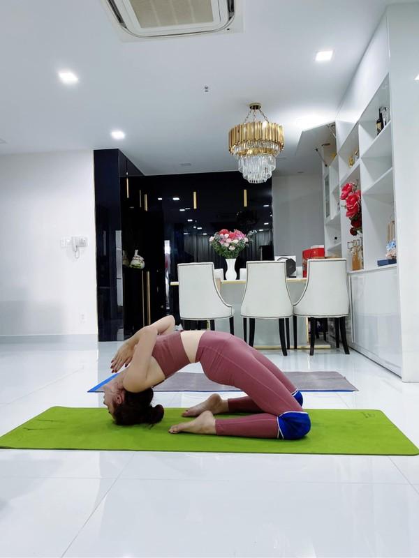 """Cac dong tac yoga goi cam giup hoa hau """"canh nong"""" Phan Thi Mo giu dang-Hinh-8"""
