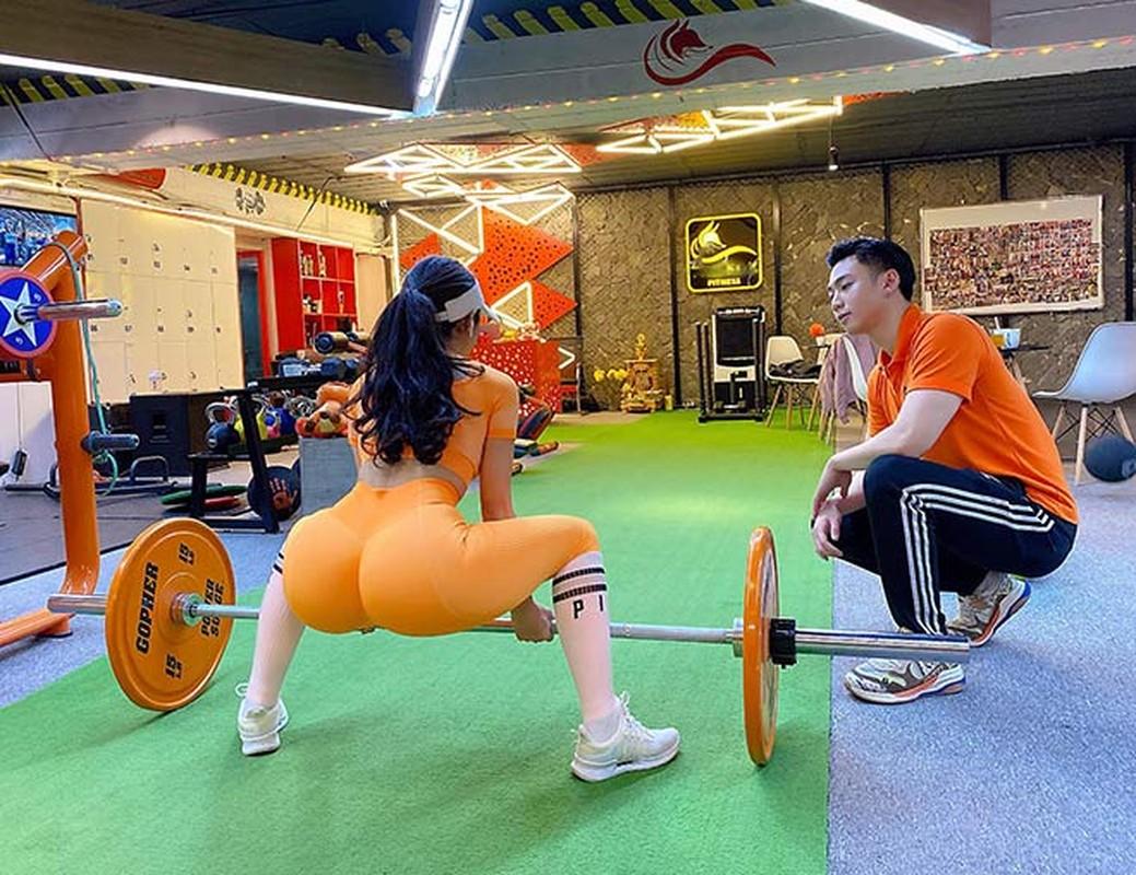 Bi kip voc dang nong bong cua hot girl phong gym vong 3 gan 100cm-Hinh-4