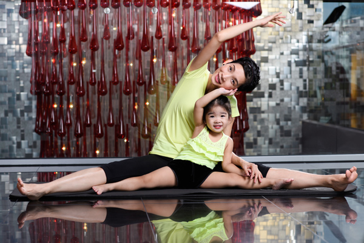 Ngam cac nhoc ti nha sao Viet tap yoga, uon deo dieu luyen cung me-Hinh-11