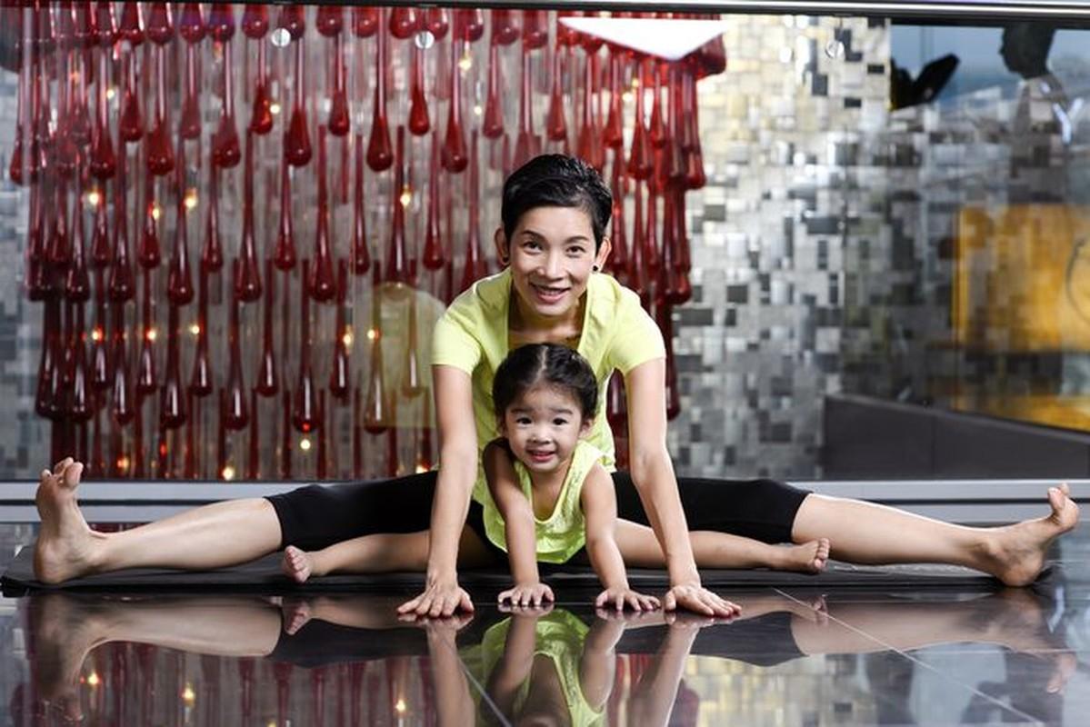 Ngam cac nhoc ti nha sao Viet tap yoga, uon deo dieu luyen cung me-Hinh-12