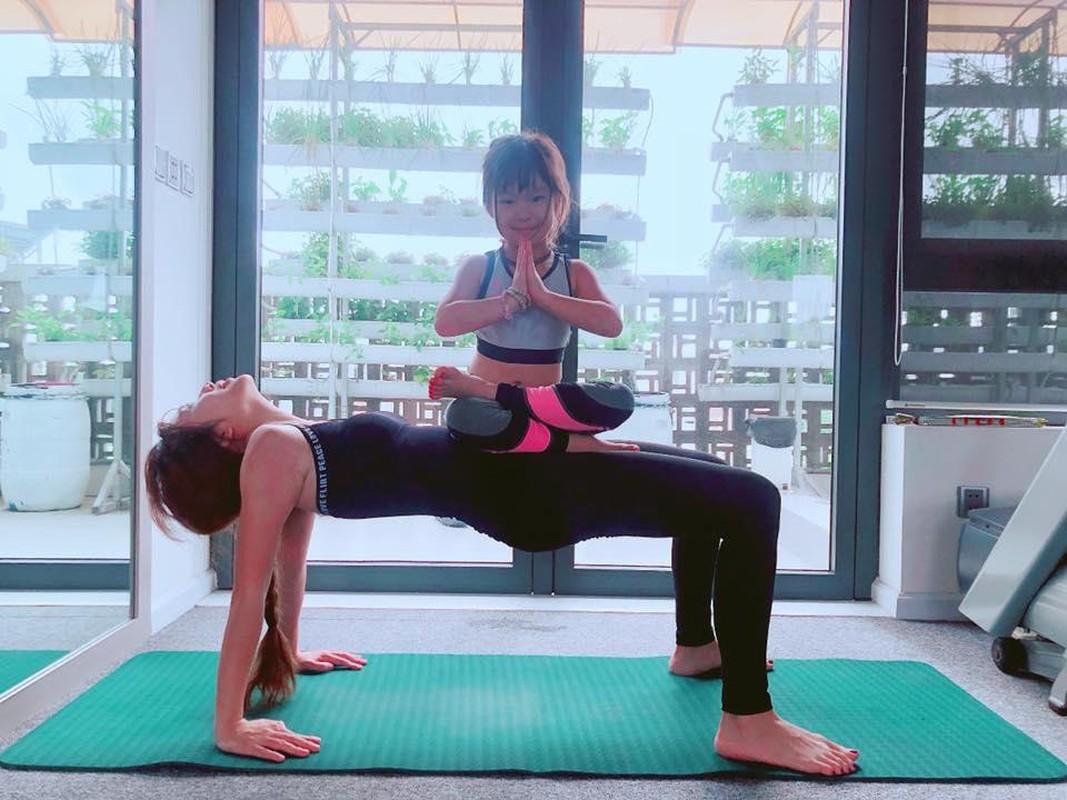 Ngam cac nhoc ti nha sao Viet tap yoga, uon deo dieu luyen cung me-Hinh-2